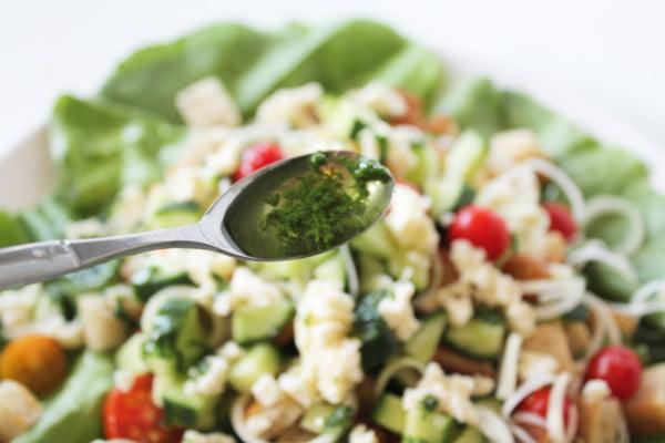 14.Stropim salata cu sosul
