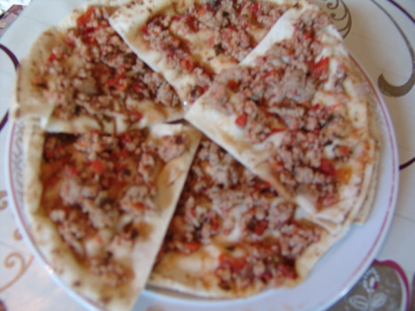 Pizza turceasca (Lahmacun) cu lipie si salata de varza