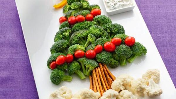 Brăduț realizat din broccoli, roșii, ardei gras, conopidă, Foto: bettycrocker.com
