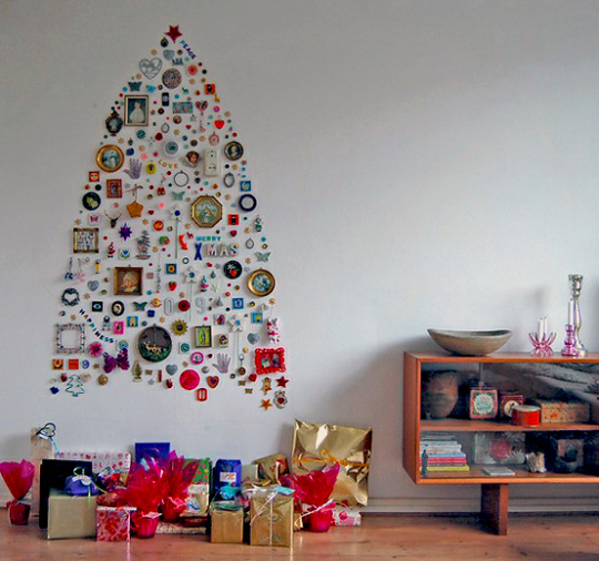 Brad realizat din diferite elemente decorative aplicate pe perete, Foto: artsfield.wordpress.com