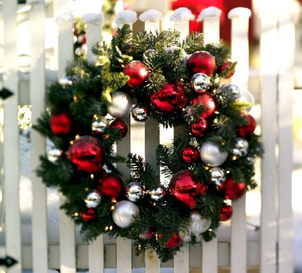 Coroană ornamentală din crenguțe de brad și globuri, Foto: freejesusphotos.com