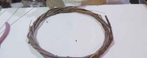 Suportul pentru coroană poate fi realizat din crenguțe subțiri de salcie