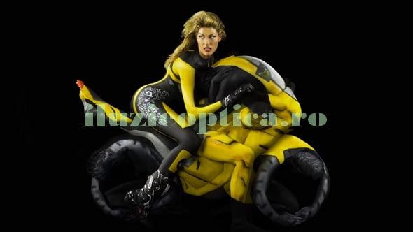 Motocicleta construita din corpuri umane