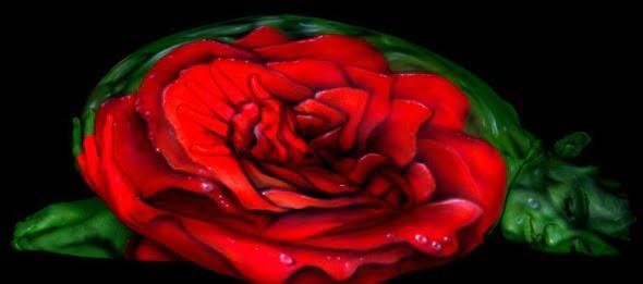 Trandafir pictat pe corpul unei femei