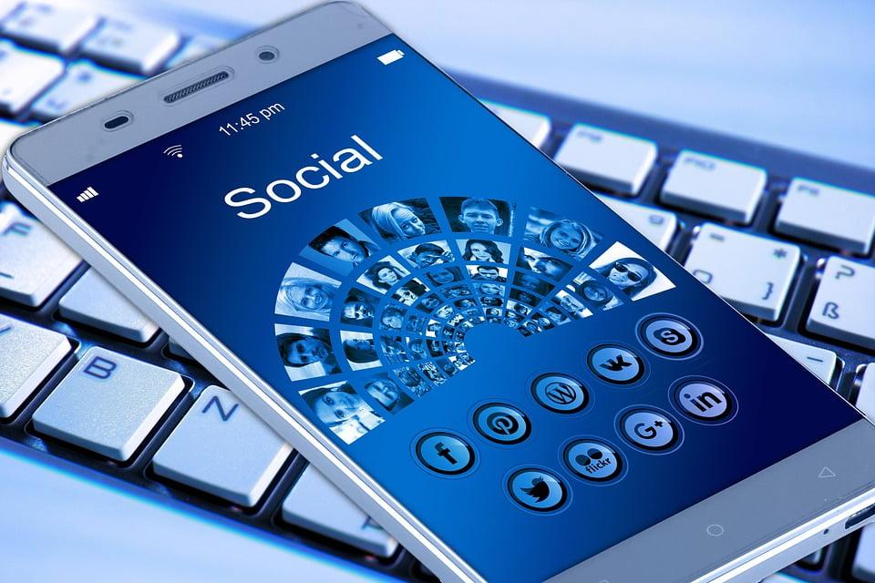 Comunicarea online consolideaza relatiile de prietenie