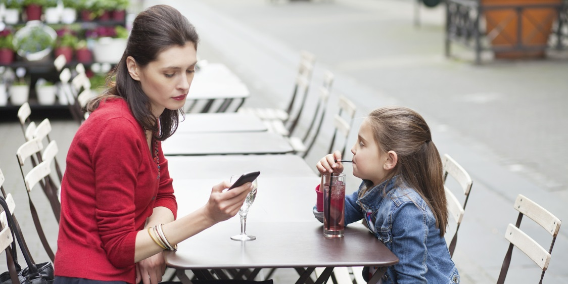 4-mama-preocupata-de-smartphone