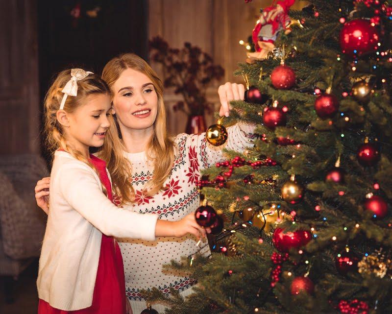 Mama si fiica alături de pomul de Crăciun