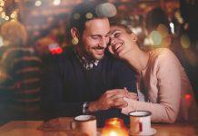 Cuplu fericit la restaurant