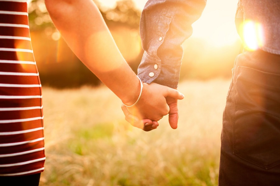 Cuplu fericit in natura, la aer liber