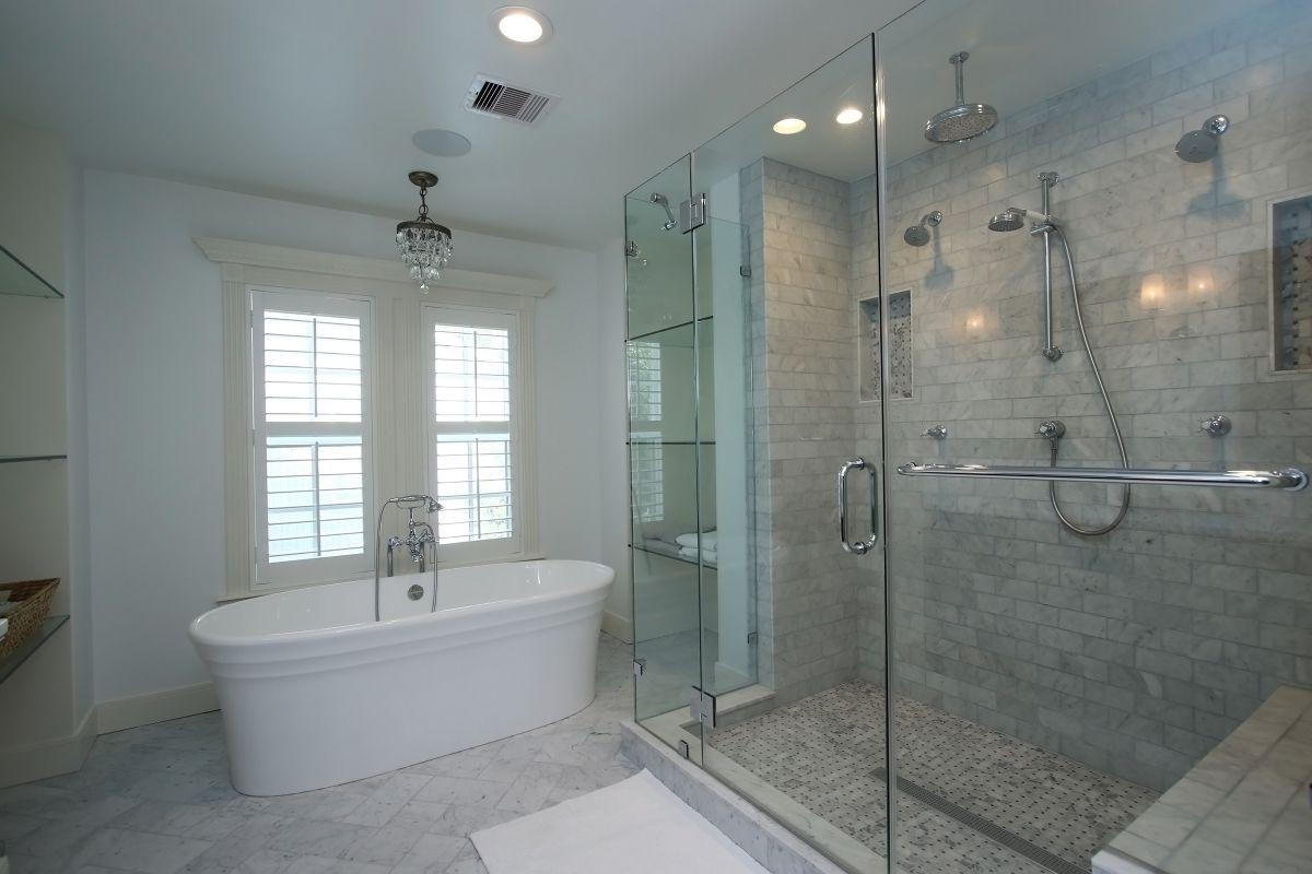 Cadă de baie și cabină de duș