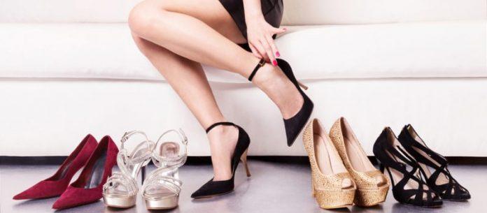 Femeie probreaza diverse perechi de pantofi de dama