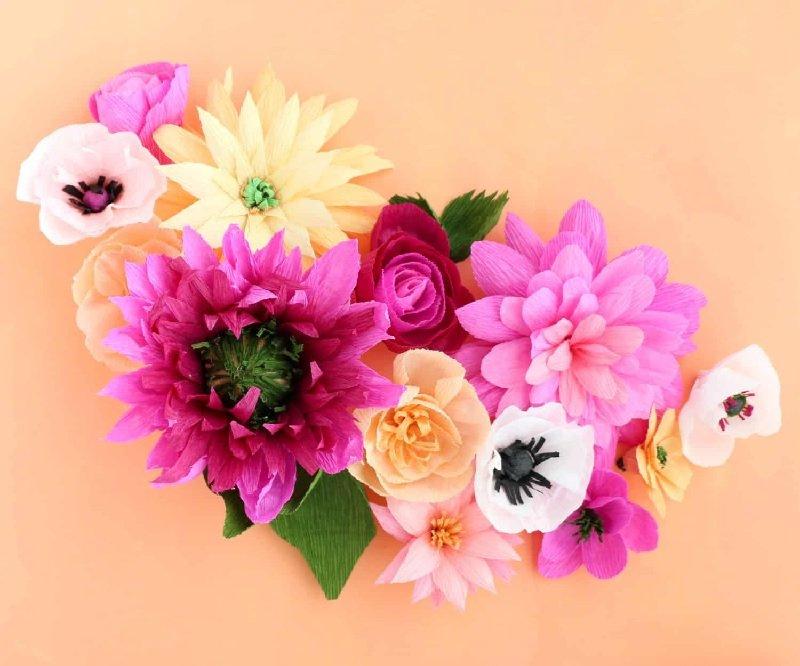 Aranjament floral din hârtie creponată