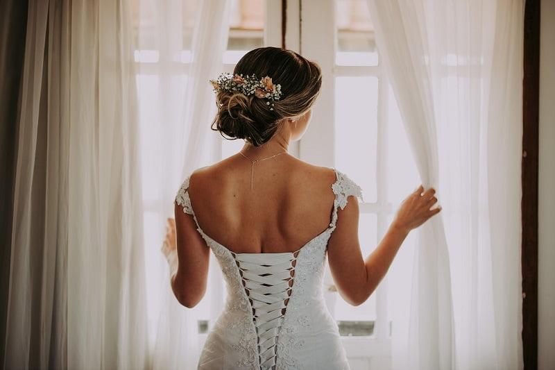 Coafuri de nuntă cu flori naturale în păr