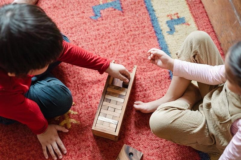 copii care se joaca pe covor