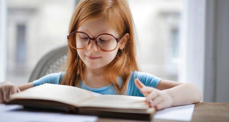 Copil pasionat de citit