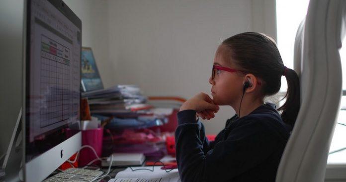 fetita particippa la cursurile de la scoala online