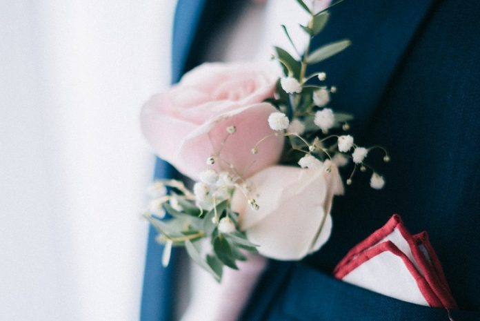 costum de mire personalizat pentru nuntă în aer liber